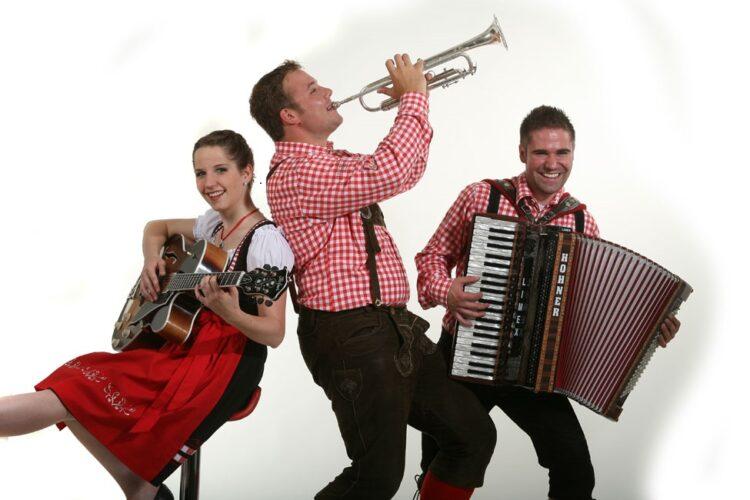 lausbuba oktoberfest trio mit saengerin pressebild 2